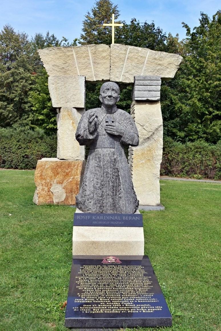 Pomník Josefu Beranovi, odhalený v pražských Dejvicich roku 2009, VitVit, Wikimedia Commons, CC BY-SA 4.0