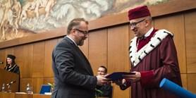 Reakce Čechů na hrozby v kyberprostoru zjišťuje politolog oceněný rektorem