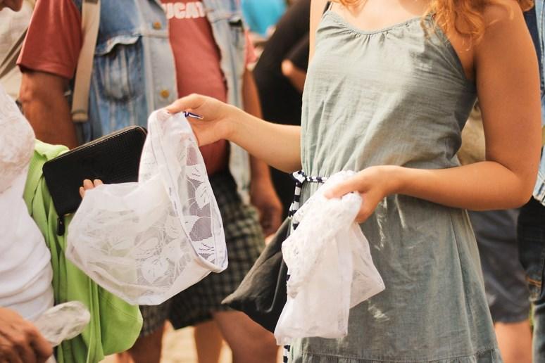 První rozdávání látkových pytlíků se uskutečnilo letos v červnu. Dobrovolníci při něm rozdali kolem stovky pytlíků. Foto: archiv Karolíny Tomečkové