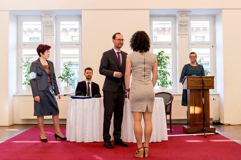 Ocenění za vydařenou bakalářku předal Křivánkové děkan Břetislav Dančák. Foto: David Kohout