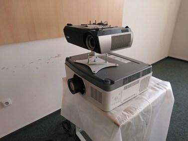 Na plátno v učebně AVC bude svítit silnější projektor. Foto: Archiv KMSŽ
