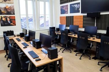 Na počítačích v nové střižně najdou studenti moderní programy pro práci s videem a zvukem. Foto: archiv KMSŽ