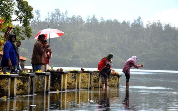Hinduistické rituály u posvátného jezera Grand Bassin na ostrově Mauricius