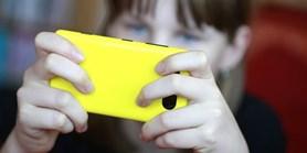 V Česku prudce přibylo dětí, které se připojují na internet z mobilů