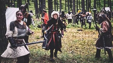 Při hrách se Žilková (vlevo) ohání mečem, ale používá i pušku. Foto: Josef Vyškovský