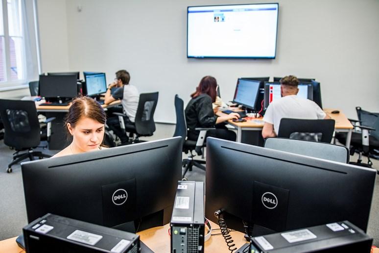 Učebna PC54 připomíná novinářský newsroom. Foto: Tomáš Hrivňák