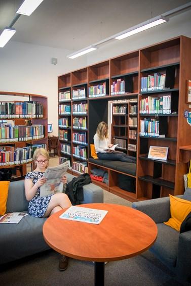 V knihovně vzniklo místo pro společné učení i pro odpočinek. Foto: Lenka Brothánková