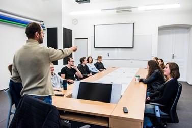 V učebně 5.27 se počítače ukrývají přímo ve stole. Foto: Tomáš Hrivňák