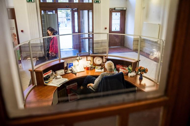 Recepční pomáhá studentům najít cestu do učebny, někdy zametá před vchodem. Foto: Tomáš Hrivňák