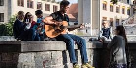 O příjemnou podvečerní sobotu se postará písničkář Ondřej Herzán