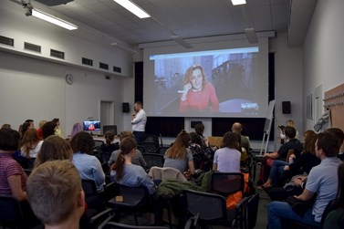 Přes Skype účastníci debatovali s Danielou Drtinovou z DVTV. Foto: Lenka Brothánková