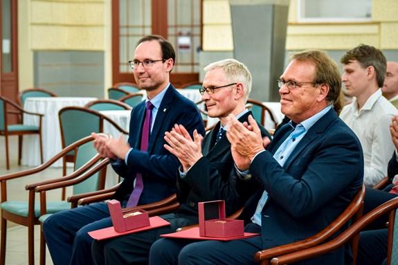 Profesoři Wieger Bakker (vpravo) a Uwe Backes (uprostřed) obdrželi pamětní medaile z rukou děkana Břetislava Dančáka (vlevo).