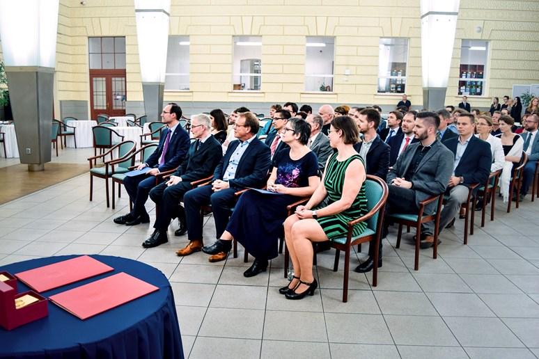 Renomovaní zahraniční odborníci Uwe Backes a Wieger Bakker si pro vyznamenání přišli ve středu 14. listopadu do Atria Iva Možného. Foto: Lenka Brothánková