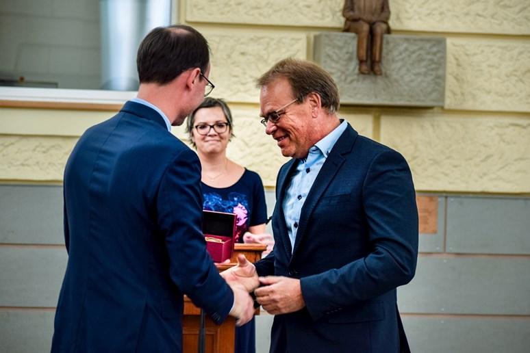 Druhým vyznamenaným se stal nizozemský sociolog Wieger Bakker. O medaili se zasloužil také tím, že pomohl založit magisterský program zaměřený na veřejnou správu v Evropě, který se zčásti vyučuje v Brně a zčásti na jeho domovské univerzitě v Utrechtu. Foto: Lenka Brothánková