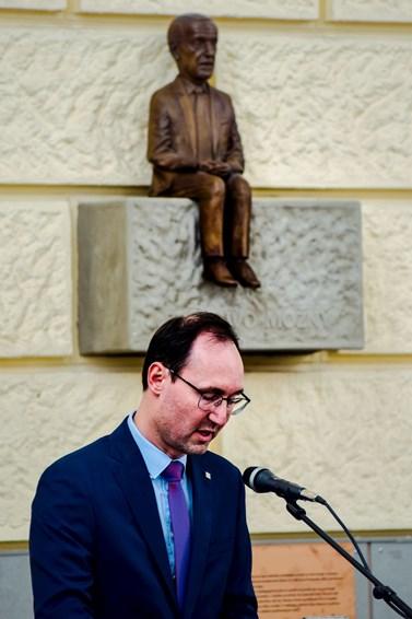 Medaile osobně předal děkan fakulty Břetislav Dančák. Foto: Lenka Brothánková