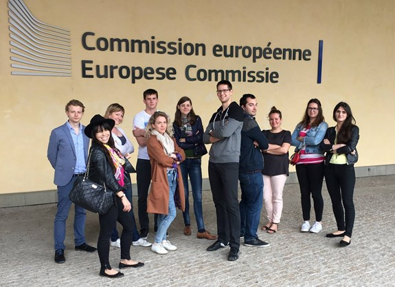 Ondřej Križko (pátý zprava) studoval na dvou univerzitách zároveň a absolvoval stáž v Evropském parlamentu. Foto: archiv Ondřej Križko