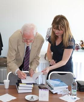 Doktorka Klímová přebírá cenné publikace od profesora Fischera.