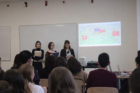 Trojice našich studentech při prezentování.