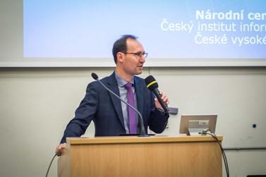 Přednášku uvedl a následnou diskuzi moderoval děkan Břetislav Dančák. Foto: Tomáš Hrivňák