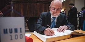 Rektor ke 100. výročí univerzity ocenil zlatou medailí Václava Račanského