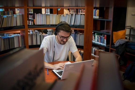 Absolventi anglických oborů mohou například snáze publikovat články v prestižních mezinárodních časopisech. Foto: Lenka Brothánková