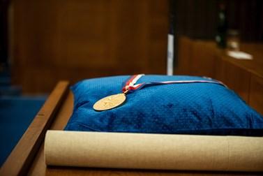 Medaile rektora Masarykovi univerzity vznikly ke stým narozeninám univerzity. Foto: Tomáš Hrivňák