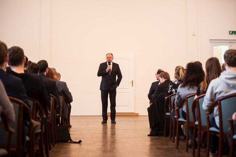 Andrej Kiska diskutoval se studenty ohledně své politické budoucnosti a nezapomněl si zavzpomínat ani na své kariérní začátky. Foto: Tomáš Hrivňák