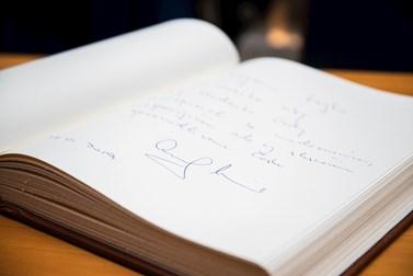 Hlava slovenského státu podepsala i knihu ke stému výročí univerzity. Foto: Tomáš Hrivňák