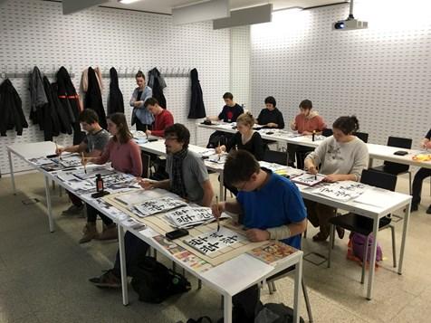 Studenti japanistiky se seznamují s prací se štětcem