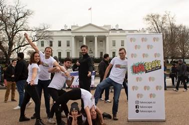 Baner Fakescape nosili studenti ve Washingtonu všude při sobě. Foto: archiv Fakescape