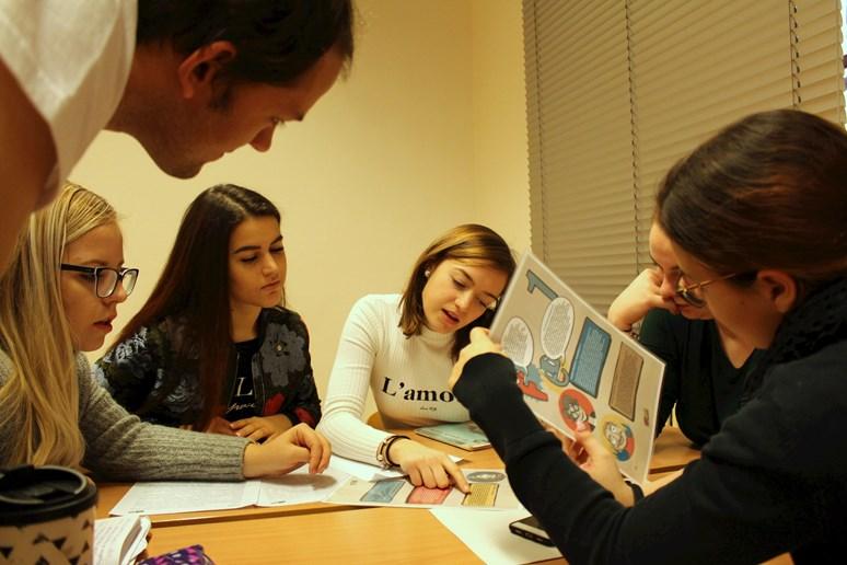 Studentky vysvětlují, podle čeho se rozhodovaly při řešení první úlohy. Foto: Marie Drahoňovská