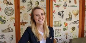 Studentka pracuje na rektorátu a organizuje akce pro lidskoprávní centrum. Po studiu chce přednášet o subsaharské Africe