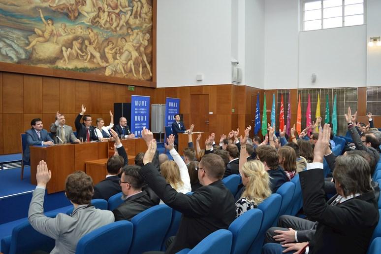 Senátoři jednomyslně schválili program 235. zasedání AS MUNI. Foto: Markéta Humplíková