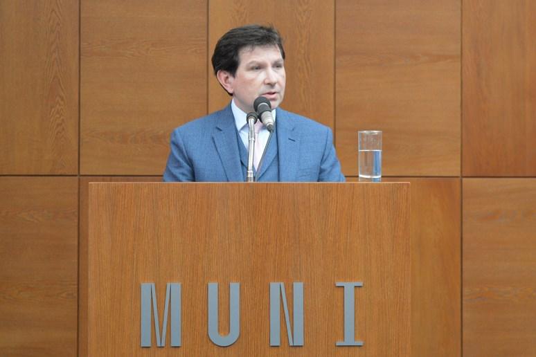 Profesor Bareš představuje hlavní body svého programu. Foto: Markéta Humplíková