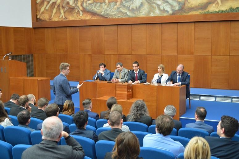 Senátor Oldřich T. Florian pokládá svůj dotaz kandidátům na rektora.