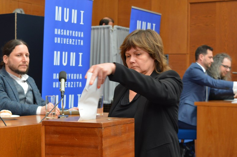 Senátorka Kamila Novotná odevzdává svůj hlas. Foto: Markéta Humplíková