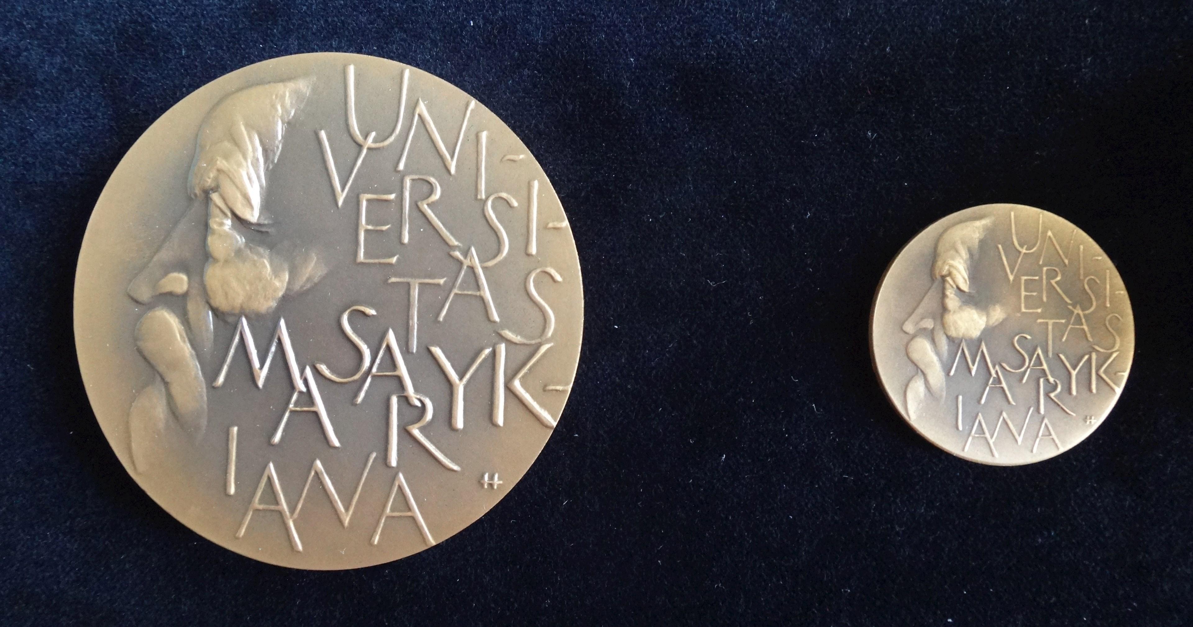 Srovnání bronzové a upomínkové malé bronzové medaile T. G. Masaryka