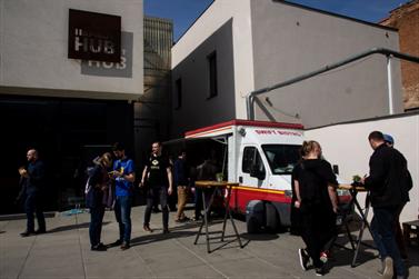 """Už od rána zachraňovala """"sanitka"""" SWIFT BISTRO všetkých hladných a smädných návštevníkov. Na poschodí v Impact Hub čakala na hladošov ďalšia prvá pomoc v podobe reštaurácie FAINE."""