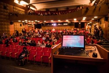 Po přednášce v Univerzitním kině Scala čekal Eriksena proslov v Otevřené zahradě Nadace Partnerství. Foto: Tomáš Hrivňák