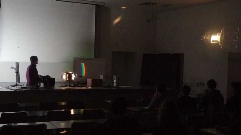 Spektrum a zvětšený obraz žárovky