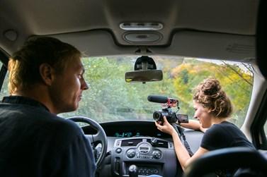 K natáčení využívají každou chvilku, i cestu autem. Foto: archiv Voxpotu
