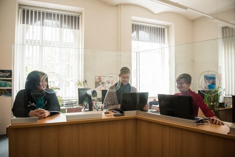 Celkem pracuje na studijním oddělení osm lidí. Rozdělené jsou referentky pro magisterské, bakalářské a kombinované studium. Foto: Tomáš Hrivňák