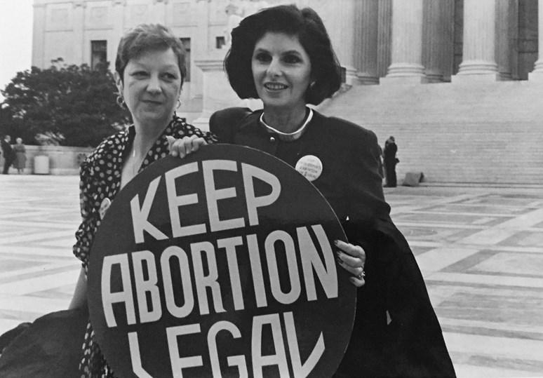 Foto: Norma McCorvey (Jane Roe) a její obhájkyně, Gloria Allred, před budovou Nejvyššího soudu USA (1989), Lorie Shaull, Flickr, CC BY-SA 2.0