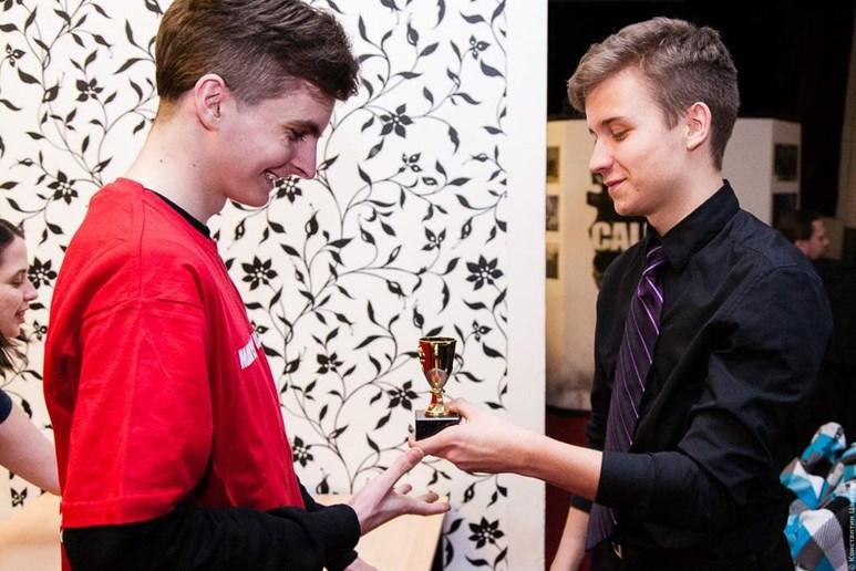 Davidl Vogel (vpravo) při předávání ceny na turnaji Penta-Week League of Legends. Foto: archiv Davida Vogela