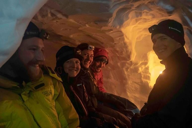 Po celém dni pochodu na lyžích a kopání sněhové jeskyně si můžete na pár hodin odpočinout. Když se jeskyně naplní vůní večeře a světlem svíček, je jasné, že na tuhle noc nezapomenete. Foto: archiv Davida Doležala