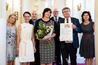 Na fotografii Dana Prudíková právě předala za ministerstvo školství Jazykovou cenu Label, která oceňuje výjimečné aktivity v oblasti jazykového vzdělávání.