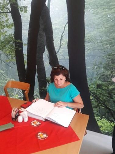 Při cestování si Dana Prudíková dává oddych od práce. Na fotografii zrovna píše do pamětní knihy v Astaně, hlavním městě Kazachstánu