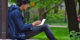 Nový web pomáhá cizincům zvládnout českou gramatiku i reálie