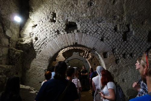 18 V Ulicích Antické Neapole