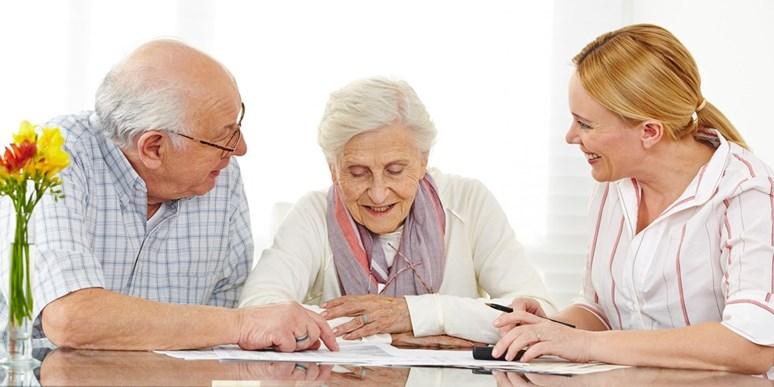 Letošní kolo Spotřebitelskoprávního moot courtu ukazuje, jak tzv. šmejdi mohou ničit život seniorům. Paní Věra podepisuje smlouvu s podomní prodejkyní. Netuší, že jí brzo naúčtuje smluvní pokutu. © Robert Kneschke – Fotolia